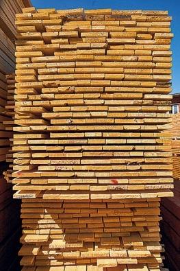 Dřevo. Respektive prkna, která najdou uplatnění prakticky ve všech stavebních konstrukcích. Od střechy až po podlahu v interiéru.