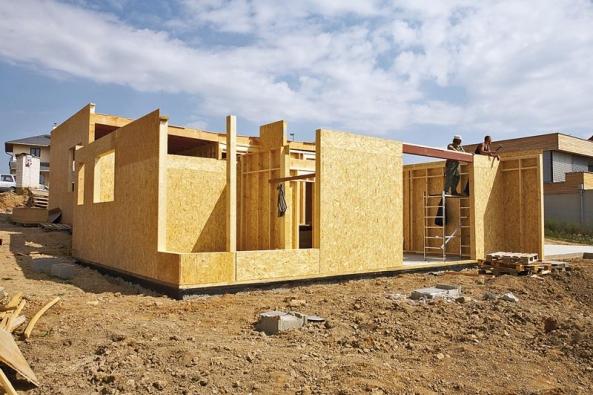 Názorná ukázka stavby celodřevěného montovaného domu. Dřevo jako surovina disponuje takovými fyzikálními i mechanickými vlastnostmi, které celku dávají příznivé statické, pevnostní, teplené i mnohé další důležité parametry.