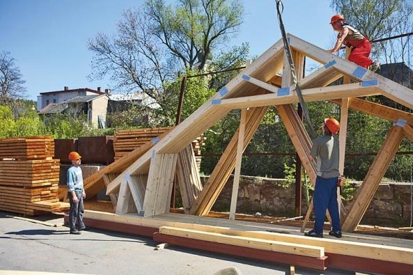 Stejně jako stěny se dnes vyrábí i prvky střešního krovu.