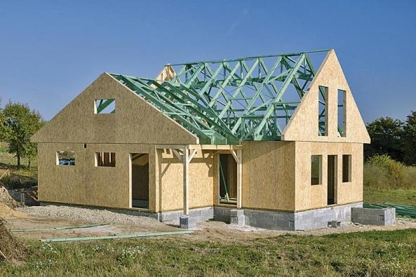 Budoucí montovaný dům vzniká stejně jako klasická stavba. Jistou výhodou je však přece jen možnost dílčích úprav ještě v průběhu montáže.