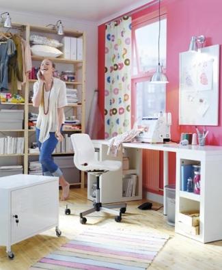 Dívky ve věku dospívání více tíhnou k pastelovým barvám, chlapci k tmavším střízlivějším odstínům. Vkus se může změnit, proto je vhodnější zvolit barevné nátěry stěn a doplňky a nadčasový nábytek. IKEA nabízí kombinace zařízení z lakovaných MDF desek a borovicového dřeva. Regály IVAR, neupravená borovice, 172 x 30 cm, výška 226 cm, cena 3 230 Kč. Pracovní stůl VIKA AMON/VIKA ANNEFORS, 200 x 60 cm, výška 73,4 cm, cena 2 970 Kč.