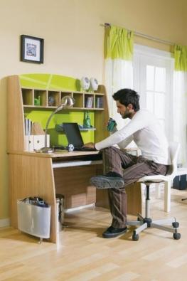 Při použití plochých monitorů či notebooků stačí pracovní plocha o rozměrech 60 x 120 cm.