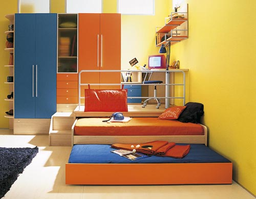 Pod podestou se najde úložný prostor i místo na spaní. Kolekce Oliver, cena celé sestavy 105 810 Kč (ABITARE).