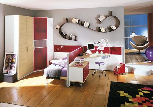 Sestavu z kolekce Oliver (vyrábí ZG Group) člení přepážka mezi lůžkem a pracovním stolem (rozměry 120 x 140 cm). Provedení lamino, barevný lak, cena sestavy 103 466 Kč (ABITARE).