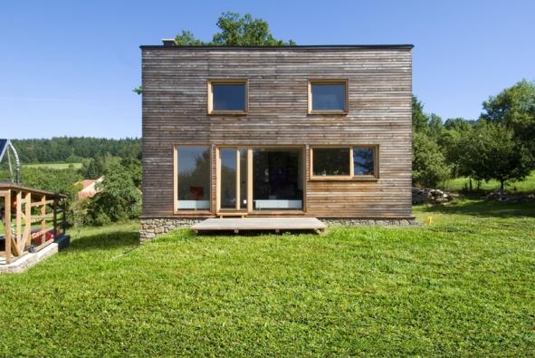 Účelný dům připomínající stodolu