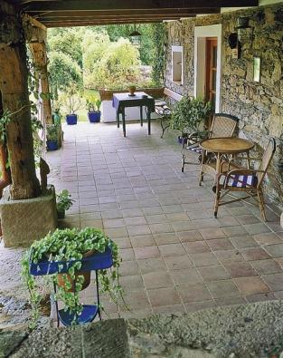 Na vybudování kryté terasy použili majitelé staré trámy z bývalého ovčína.