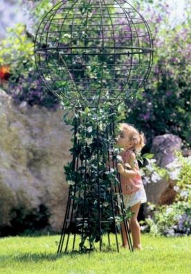 Stojan na popínavé rostliny Globus od firmy KETTLER v kovově šedé barvě má průměr 83 cm a je vysoký 180 cm. Cena 10 490 Kč (LIFESPORT).