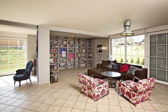 Velkorysému obývacímu pokoji dominuje atypická knihovna.