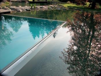 Detail hranice mezi bazénem a koupacím jezerem.