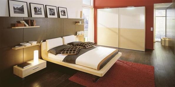 Ložnicová sestava Tamis, postel s koženými podhlavníky v různých barvách, cena postele od 72 460 Kč, cena opdhlavníku 17 317 Kč, cena skříně s posuvnými dveřmi od 103 153 Kč (vyrábí HÜLSTA, dodává HOME STYLE).