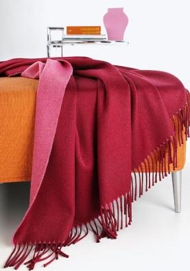 Deky Leida jsou dodávány v různých barevných odstínech, vlna, 130 x 170 cm, cena 2 400 Kč (vyrábí SOMMA, dodává NOBIS STUDIO).
