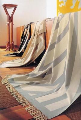 Deky v různých designech ze 60% bavlny a 40% akrylu, rozměr 150 x 200 cm, cena 1 600 Kč (vyrábí IBENA, dodává LINIE DESIGN).