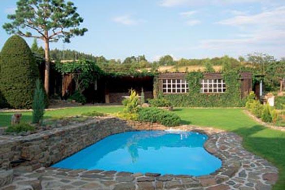 Metr hluboký bazén poskytuje na sluncem rozpáleném pozemku příjemné osvěžení.