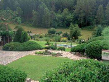 Chodníky a terasy oddělují jednotlivé zahradní partie.