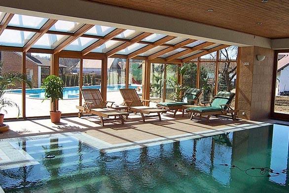 Bazén v interiéru pochopitelně zyvšuje komfort a v důsledku i užitnou hodnotu nemovitosti. Stavebně však zároveň představuje docela velký oříšek (STABOS).