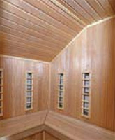Interiér atypické, individuálně řešené infrakabiny, která je provedena ze světlého topolového dřeva a vestavěna do rohu místnosti (SAUNY SALUS, cena od 100 000 Kč).