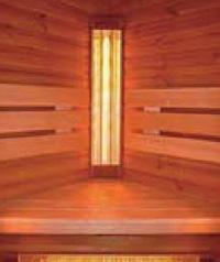 V ústrety infrazářiči: detail saunové lavice v kabině DYNTAR Infra Thermo (provedení borovice, 110 x 110 x 200 cm, včetně digitální regulace 81 881 Kč bez DPH, montáž a doprava zdarma).