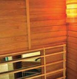 Pohled na infrakabinu REDWELL a do jejího interiéru s rozsvíceným světlem. Dole je umístěn infrapanel s karbonovým vláknem, který má podobu zrcadla rozměrů 100 x 60 cm.