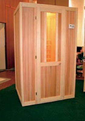 Na zakázku vyrobená infrakabina z cedrového dřeva (SAUNY SALUS, rozměry 120 x 100 x 195 cm, cena od 80 000 Kč).