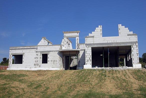 Preference stavebníka mohou být různé. Jeden sleduje rostoucí ceny energií, a tedy energetickou náročnost provozu domu, druhý třebas možnosti budoucích přestaveb nebo jiných úprav.
