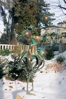 Žonglér - plastika Igora Kitzbergera - tančí na sněhu ve východním koutě zahrady.