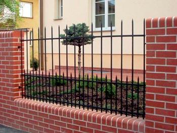 Renovovaný plot s fasádním obložením v provedení cihla s prefabrikovanou ocelovou výplní.