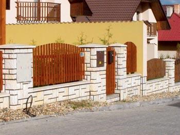 Městský plot z plotových tvárnic stavebnice Bellis Group pamatuje i na rozvodnou desku a zvonkovnici ve sloupech z prefabrikátů.