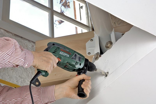 Začněte vyvrtáním otvorů pro připevnění prvního segmentu zcela nahoře v patře, ve stavebním otvoru.