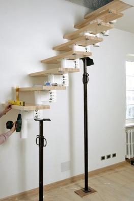 Po dokončení montáže prvních 3 až 4 schodnic (a vždy dalších 3 až 4 schodnic) schodiště zespoda odlehčete dočasnou vzpěrou, aby byl strop zajištěn proti přetížení.