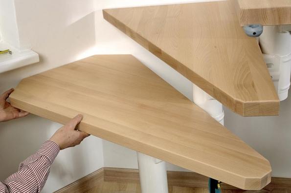 V ohybu přijdou na řadu zkosené dřevěné nášlapy. Na všechny rovné i zkosené nášlapy přišroubujte úchytku pro zasunutí svislé výplně zábradlí.