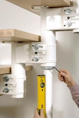 Naměřte délku vzpěry, která bude trvalou součástí schodiště, a nahraďte jí dočasné vyztužení nainstalované v průběhu montáže.