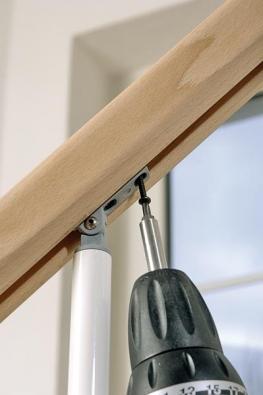Přišroubujte madlo k horním úchytkám na sloupcích. Tím montáž schodiště úspěšně dokončíte.