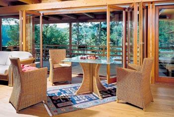 Stůl Belimbing, materiál kov a loupaný ratan, cena 3 249 Kč, deska stolu z pískovaného skla, síla 2 cm, cena 2 785 Kč. Křesla Rhodos, loupaný ratan, cena 3 481 Kč (Hitra).