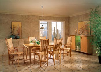 Jídelní sestava z produkce německé firmy Flechtatelier Schütz, výběrová kategorie. Rozkládací jídelní stůl č. 2396 pořídíte za 64 680 Kč, židle (možné i s područkami), cena od 20 790 Kč. Záruka až 25 let (JV POHODA).