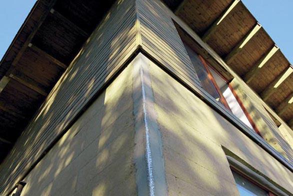 Definitivní podobu získá dům až montáží balkonu s venkovním schodištěm a barevným nátěrem fasády.