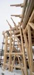 Tesařsky připravená hrázděná konstrukce obvodové stěny domu pro vyzdění nepálenými cihlami. Celá stěna bude z vnější strany zateplena dřevovláknitou izolací v síle 30 cm.