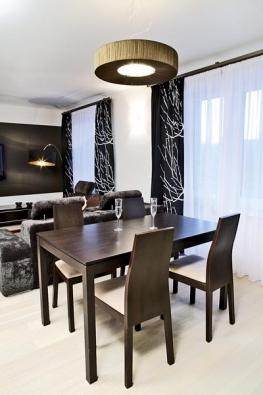 Jídelní stůl je rozkládací s plánovaným sezením pro 4-6 osob. Designérka myslela i na nezbytné osvětlení jídelního stolu, které svým vzhledem ladí s celkovým pojetím interiéru.
