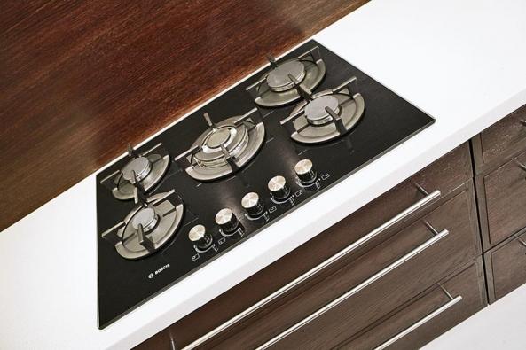 V kuchyni nechybí kvalitní sklokeramická varná deska s pěti plynovými hořáky, na které může pan Pavel připravovat i více chodů najednou.