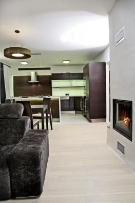 Nejmodernějším prvkem je použití LED pásků v hliníkovém profilu, zafrézovaných do korpusu kuchyňské linky, takže není vnímáno samotné těleso světla, jen výsledný světelný efekt. Pro příjemnou atmosféru v kuchyni použila designérka teplou bílou barvu světla.