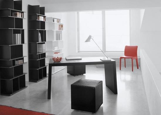 Jednoduše pravoúhlý nábytek, charakteristický pro prostor pracoven, reprezentuje kolekce Master: dřevěný stůl potažený kůží se prodává od 64 400 Kč, policová knihovna Wally v bílém, černém nebo červeném laku stojí od 57 200 Kč (Vyrábí CATTELAN ITALIA, dodává ABITARE).