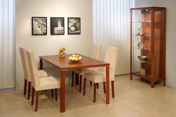 Jiná podoba jídelního koutu s nástěnnými dekoracemi a skleníkem: jídelní stůl Porte v rozměru 140 x 90 cm pořídíte za 5 910 Kč, dvoudveřový skleník stojí 14 295 Kč (DŘEVOTVAR).
