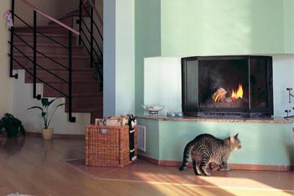 Oheň v krbu nejenže přitahuje pozornost domácího mazlíčka, ale zároveň pomáhá temperovat přízemí.