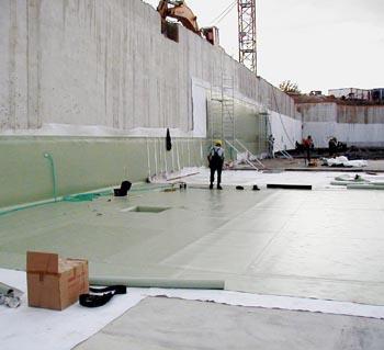 Samozřejmě že nejúčinnější a nejlevnější je hydroizolace prováděná přímo při stavbě. Dvě vrstvy fólie z měkčeného PVC-P svařované do čtverců ochrání dům i před spodní vodou.
