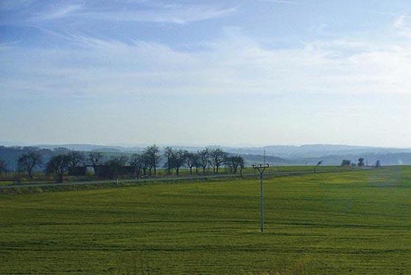 Pozemek se mírně svažuje k jihu.
