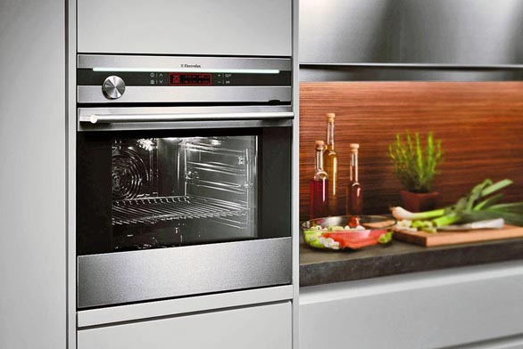 Vestavná kombinovaná parní trouba EOB 98000X z řady Global Design (ELECTROLUX) poskytuje tři druhy pečení - standardní, parní a horkovzdušné, 13 funkcí a automatické programy, cena 39 000 Kč, ELECTROLUX.