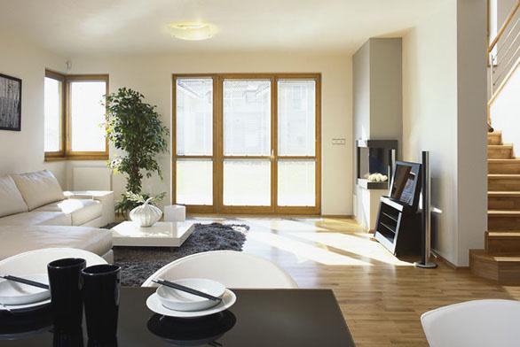 Obývací pokoj prosvětluje vstup na zahradu i rohové okno.