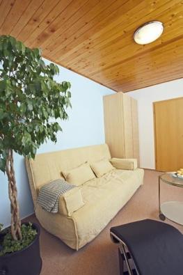 Sedací soupravu vybírali podle toho, aby byla vhodná i na přespání. Tato pohovka má dvě matrace. Nechybí ani úložný prostor na lůžkoviny (IKEA).
