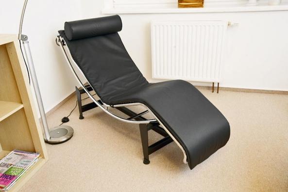 Při vstupu do místnosti na první pohled upoutá designové relaxační křeslo v černé kůži. Je vhodné k pohodlnému odpočinku, ale i ke čtení (INTERIA MOBILI).