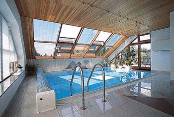 Hala bazénu má podhled obložený borovými palubkami.