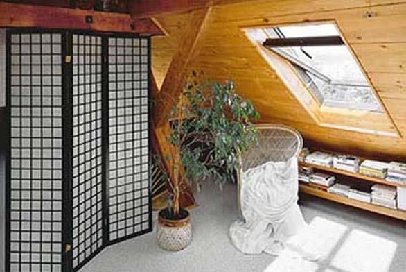 Pro podkrovní prostory je (snad ještě více než pro ostatní byty) důležité vyřešit vhodně úložné prostory.